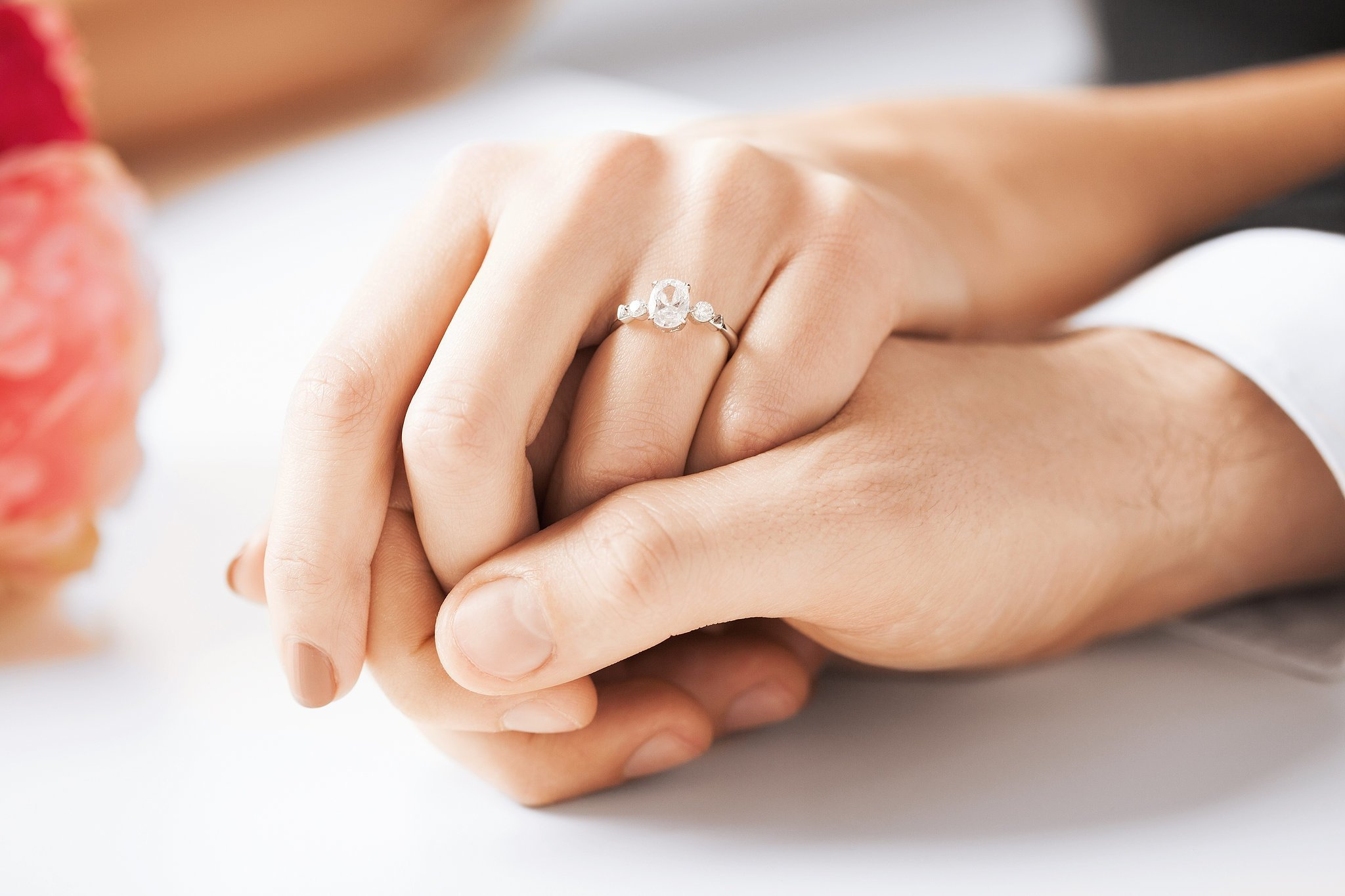 Картинки обручальных колец на руках влюбленных, мужу лет
